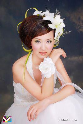学婚纱化妆_...幕式后北京摄影化妆学校展示了最新的婚纱化妆趋势,多位女性出镜...