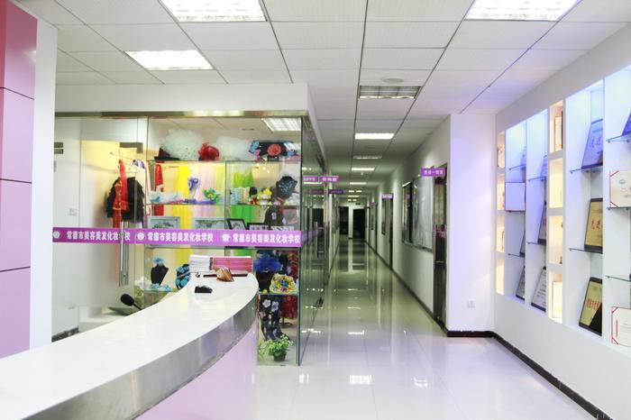 宿舍在学校五楼,合部配备空调,热水器,电视,脱水机等设施,学习和生活图片