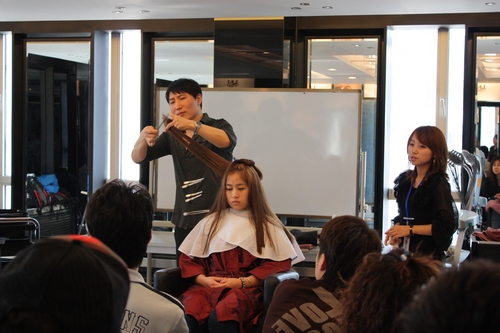 上海嘉韵美发学校对剪发,吹发,烫发三者相结合的探讨图片