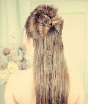 step1,将头发上下分成两层,然后将上层的头发绑扎成一个马尾辫.