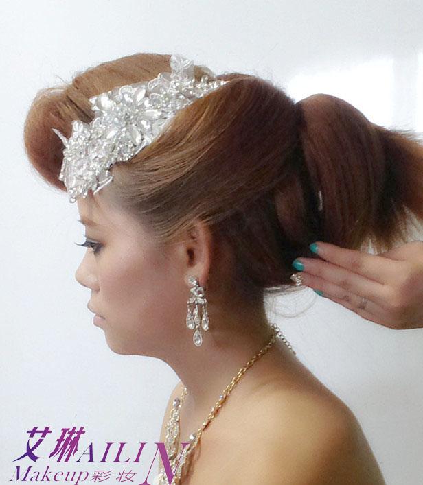 步骤7:将余下的后区的头发全部打毛向上做发包,表面梳理光滑,覆盖中区